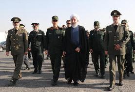 عکسی از احوالپرسی روحانی با فرماندهان بلندپایه نظامی قبل از رژه نیروهای مسلح