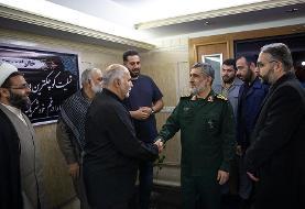 (تصاویر) دیدار سردار حاجی زاده با خانواده یک جانباخته سقوط هواپیما