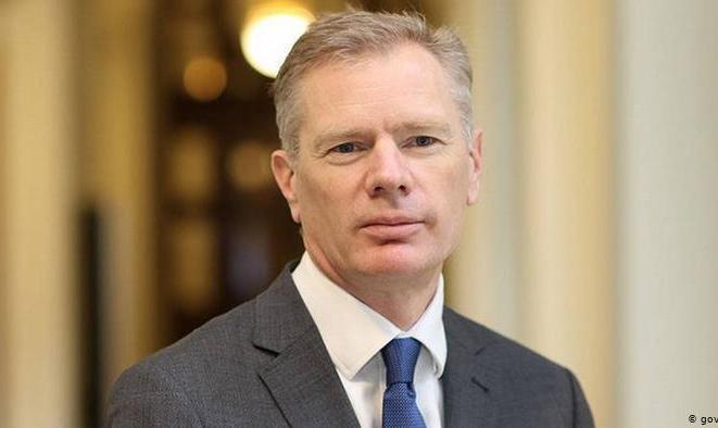 سفیر بریتانیا پس از تحقیر و بازداشت موقت، ایران را برای سفری کوتاه ترک کرد