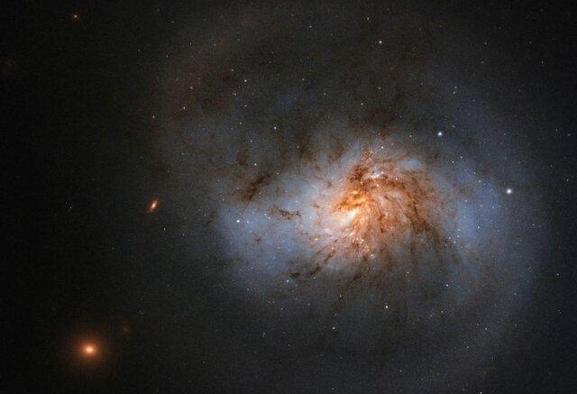 کهکشانی پوشیده از غبار قرمز