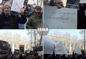 تصاویر و جزئیات تجمع علیه ظریف در مقابل وزارت خارجه: مرگ بر سازشکار منافق، ظریف حیا کن، وزارت خارجه را رها کن