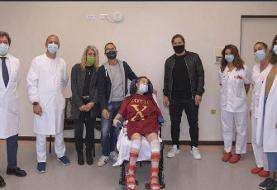 تصاویر | دیدار اسطوره باشگاه رم با فوتبالیست دختر مصدوم تیم رقیب