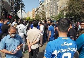 تجمع دوباره هواداران استقلال مقابل ساختمان باشگاه