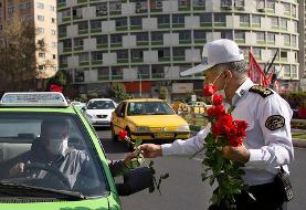 (تصاویر) اهدای گل و ماسک به مردم توسط پلیس