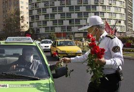 ببینید   اهدای گل و ماسک توسط پلیس به مردم