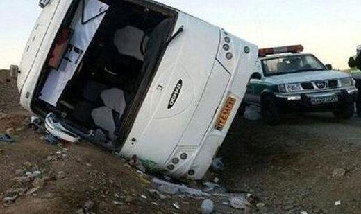 ببینید | واژگونی اتوبوس در آزادراه قم - کاشان