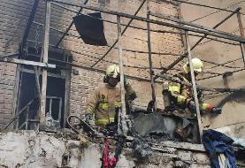 آتش سوزی در یک منزل دو طبقه/ تمام ساختمان شعله ور بود