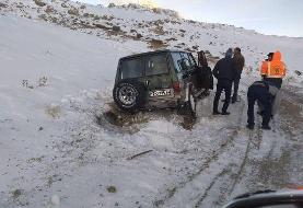 نجات یافتن سرنشینان یک خودرو در الموت پس از ۱۰ ساعت