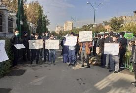 (تصاویر) تجمع مقابل مجلس و سخنان تند برخی نمایندگان