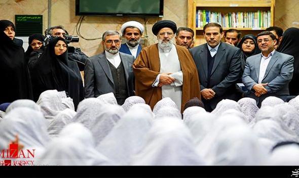 عکس بازدید آیت الله رئیسی از زندان زنان در راستای برنامههای تحولی قوه قضائیه