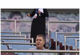 تصویری از اسکوچیچ در حال تماشای بازی استقلال