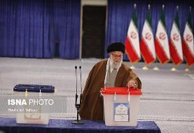 مقام معظم رهبری در حال رأی دادن (عکس)