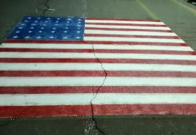 تصاویر | پاک کردن تصویر پرچم آمریکا از زیر پای دانشگاهیان در دانشگاه علامه | واکنش تند بسیج دانشجویی