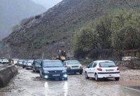 بارش برف و باران در محورهای ١٣ استان