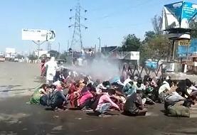 جنجال بر سر ضدعفونی کردن کارگران مهاجر در هند