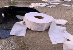 (تصاویر) تصادف کامیون حامل دستمالهای توالت