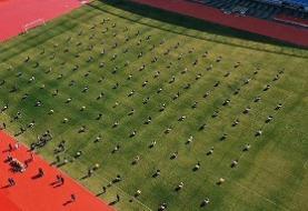 برگزاری امتحان درسی از ترس کرونا در زمین فوتبال/عکس