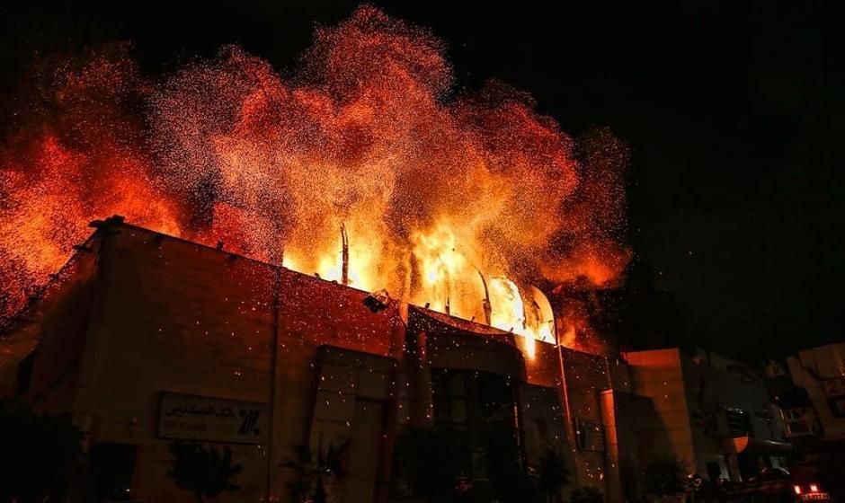 فیلم: مرکز بزرگ تجاری زیتون در بزرگراه بعثت تهران در آتش سوخت