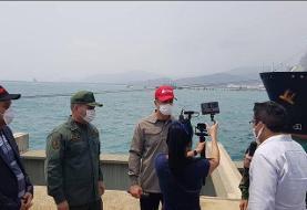 تصویر مقامات ونزوئلایی و سفیر ایران در کنار نفتکش «فورچون» | دست دادن کرونایی