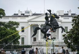 Trump signs executive order to punish vandalism against federal monuments