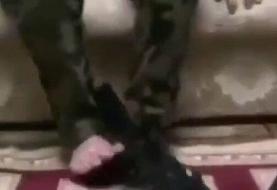 ببینید | باز و بست اسلحه کلاشینکف با پا در کمتر از یک دقیقه!