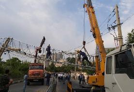 سقوط دکل مخابراتی در خیابان حکیمیه/ حادثه مصدوم نداشت