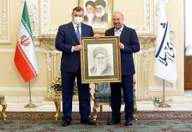 اهدای تابلوی منقش به تصویر رهبری از سوی فرستادۀ رئیس دومای روسیه به قالیباف