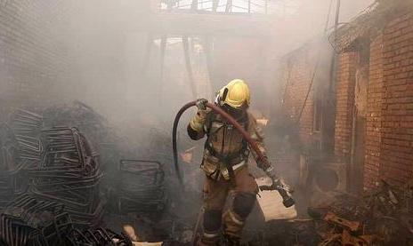 ادامه آتش سوزها و انفجارهای زنجیره ای در کشور: آتش سوزی گسترده در شهرک صنعتی چهاردانگه تهران