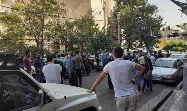 عکس اعتراض هواداران استقلال مقابل فدراسیون؛ قانون جدید را لغو کنید