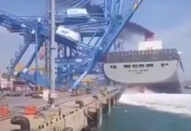 (ویدئو) لحظه در هم شکستن و سقوط جرثقیل ۵۵ متری