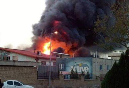 ادامه آتش سوزیها و انفجارهای زنجیره ای در کشور: آتشسوزی گسترده در کارخانه شیمیایی اکتیو / خبری از وضعیت مصدومین نیست