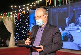 اهدای جایزه ویژه و نشان جشنواره فیلم مقاومت به وزیر بهداشت