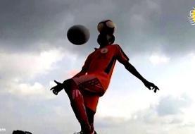 (ویدئو) مهارت خاص یک نوجوان با توپ روی سرش