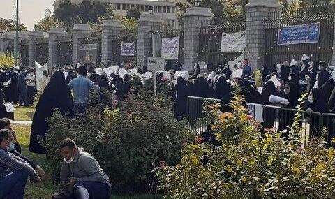 تصاویر: معلمهایی که برای تعیین تکلیف وضعیت استخدامی خود مقابل مجلس شورای اسلامی شبها در پارک میخوابند