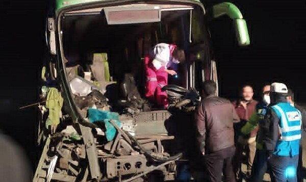 ۲۲ مصدوم در تصادف اتوبوس با کامیون
