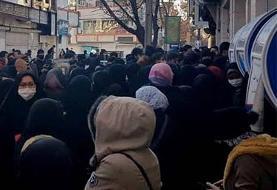 (ویدئو) تجمع مهاجران افغانستانی به دلیل مسدود شدن کارتهای بانکی