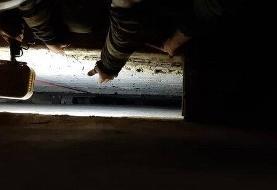 تهران/نجات نوجوانی که به داخل شکاف بین دو ساختمان سقوط کرده بود