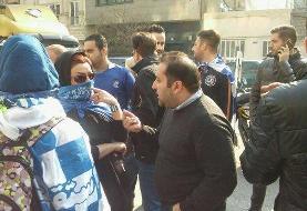 تجمع تعدادی از هواداران استقلال مقابل ساختمان مجلس