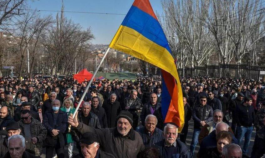نخستوزیر ارمنستان برگزاری انتخابات زودرس پارلمانی را پذیرفت