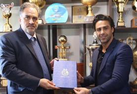 تصویری از عقد قرارداد فرهاد مجیدی با باشگاه استقلال