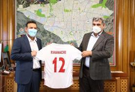 اهدای پیراهن شماره ۱۲ تیم ملی فوتبال به شهردار تهران