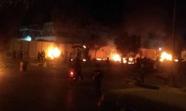 معترضان عراقی دیوار کنسولگری ایران در کربلا را به آتش کشیدند