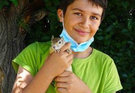 نوجوان سنندجی سنجاب خود را به اداره حفاظت محیط زیست تحویل داد