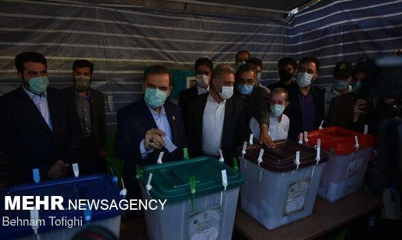 «محسن رضایی» رای خود را در حرم عبدالعظیم به صندوق انداخت