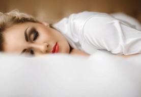 خوابیدن با آرایش چه بلایی بر سر پوست و چشم میآورد؟