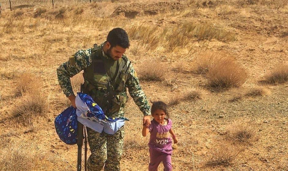 پناه آوردن کودک یتیم افغان به تکاور ایرانی در منطقه مرزی